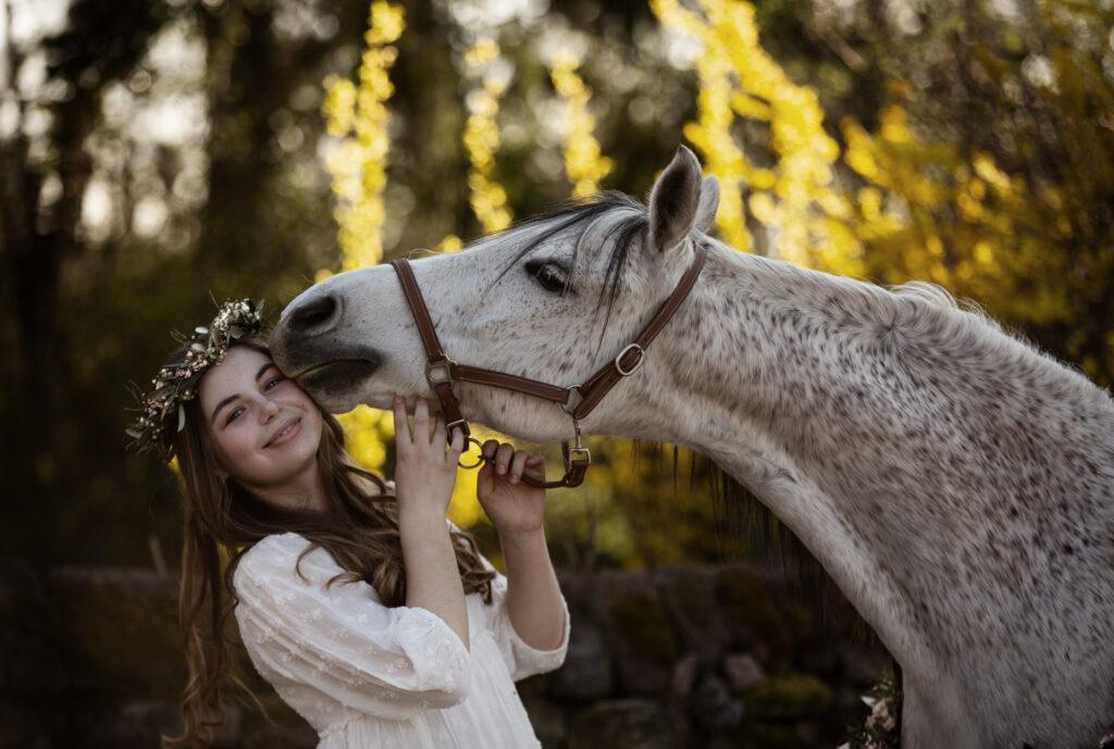 mädchen mit weißem pferd und haarkranz